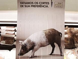 """O supermercado Extra, da rede Pão de Açúcar, usou essa propaganda para passar a ideia de """"fatiamos o corte de sua preferência."""""""
