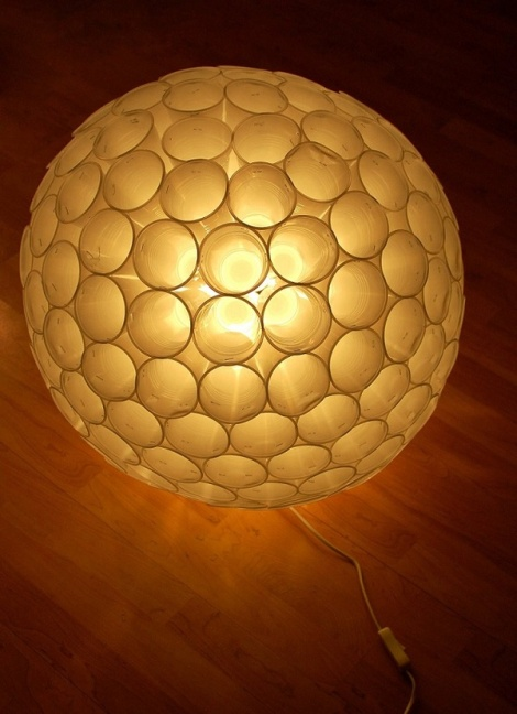 luminária-de-copos-plásticos