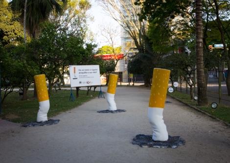 """Em São José dos Campos (SP), réplicas gigantes de cigarros foram instaladas em um parque. Dessa forma, as pessoas que estavam correndo ou caminhando no parque tinham que desviar dos cigarros. Um banner revelava o sentido da ação inusitada: """"Viu só como o cigarro atrapalha a sua vida?"""""""